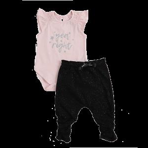 סט בגד גוף עם כיתוב מטאלי סופר עכשווי מעוצב בהתאם לגיל התינוק במידות ניו-בורן 0-3 בגד הגוף מעטפת עם סגירת תיק-תקים נוחה ומכנסי רגליות ובמידות 3-6 ועד 18-24 בגד הגוף עם שרוול קצר ומכנסיים בגימור כיווצים טרנדי.